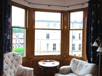 Montgomery_street_apartment_edinburgh - sitting area (© squareproperty.co.uk)