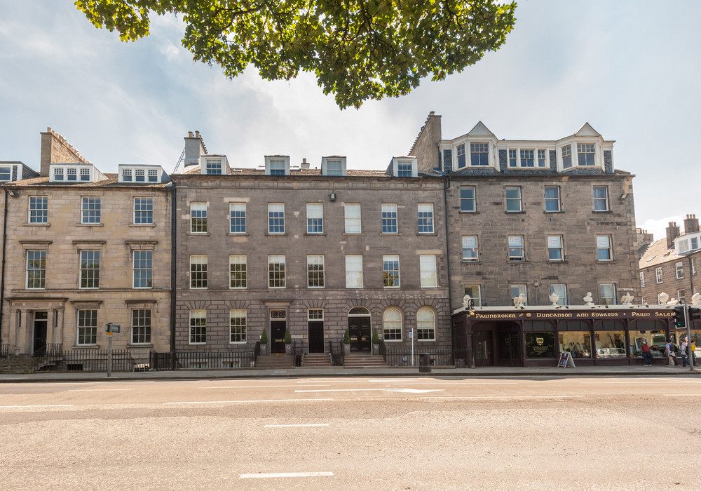 Frederick Street apartment on the corner of Queen Street - A fantastic location.  This apartment is set above the antique shop.  A stones throw away to some of the most famous restaurants, bistros, clubs and shopping in George Street and Princess Street Edinburgh.