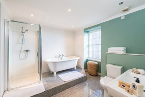 Albany Street master ensuite - Where better to relax after a day visiting the sights in Edinburgh, than in this gorgeous roll top bath, ensuite to the master bedroom. Guests to this city centre holiday house love this room