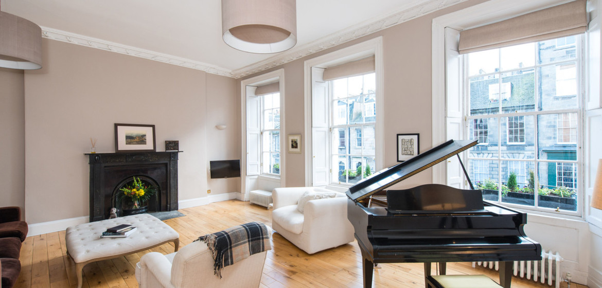 Impressive drawing room - This spacious Georgian drawing room is the perfect space for family holidays, luxury stays or even business visits!