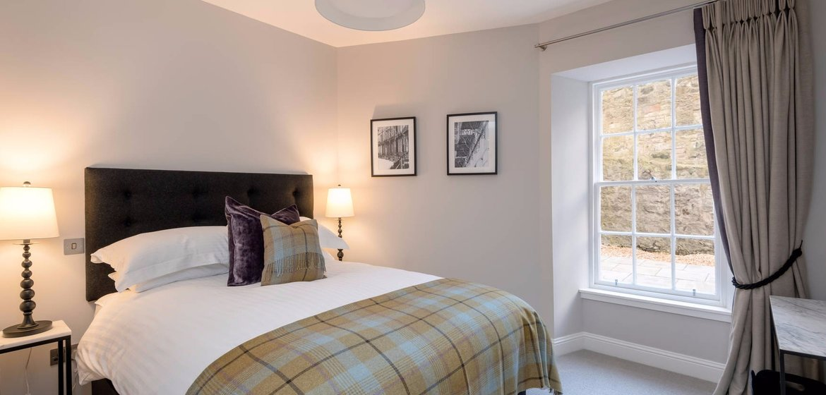 Stafford Street Garden Flat - master bedroom with ensuite - Luxurious and contemporary master bedroom with ensuite shower room, in this Edinburgh West End  two bedroom garden flat
