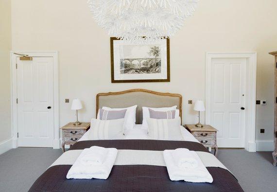 Master Bedroom with En-Suite (© The Edinburgh Address)
