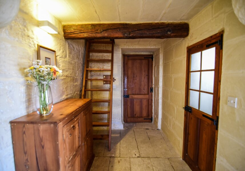 19. Twin bedroom with ensuite overlooking garden and church views