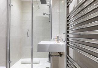Castle View Apartment Master Bedroom En-suite  shower room 2