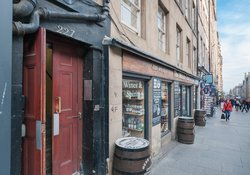 Edinburgh-Flats-High-Street-Royal-Mile