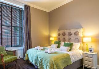 Castle View Apartment King-size Bedroom w en-suite 1
