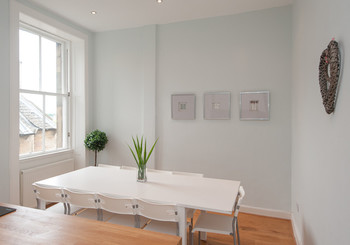 Dining area with seating for 10 guests - Family dining table in Edinburgh holiday let
