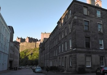 This 3rd floor apartment is right in the centre of Edinburgh (© AJEM Self Catering Edinburgh)