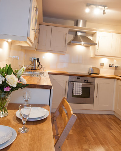 Drummond Street 3 - Fully fitted family kitchen with dining table in Edinburgh holiday let