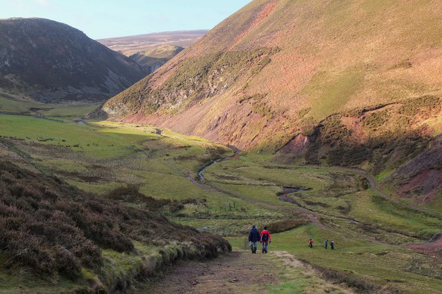 Descending to The Howe, Pentland Hills (© Jim Barton and licensed for reuse under this Creative Commons Licence.)