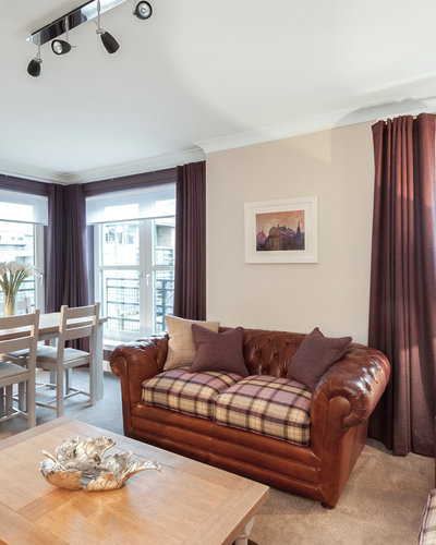 Parkgate (Holyrood Road) 2 - Modern family living room with comfortable leather sofas and family dining table