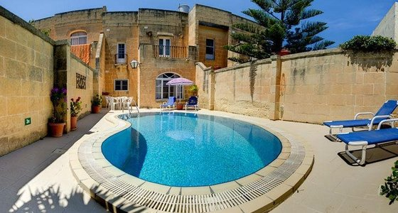 Swimming pool - Swimming pool with loungers in front of the villa