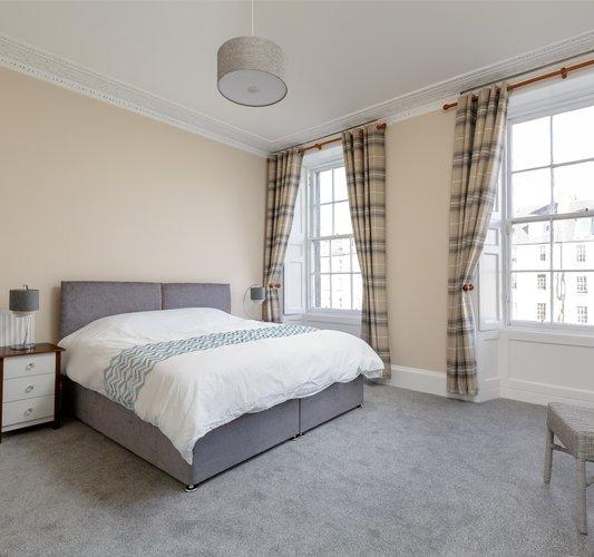 StPatricksSq_12 - Double bedroom with zip'n'link bed in Edinburgh holiday let