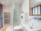 Patriothall 4 - Bright ensuite bathroom in Edinburgh holiday let