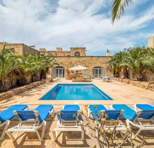 Swimming pool - Swimming pool with loungers and the villa in Gozo