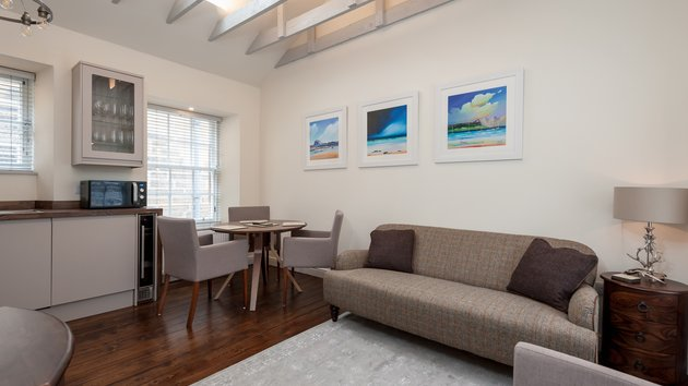 Old Fishmarket Close 1 - Contemporary open plan kitchen and living area in Edinburgh holiday let
