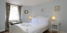 Cosy one bed flat in Broughton, Edinburgh - Bedroom with double bed