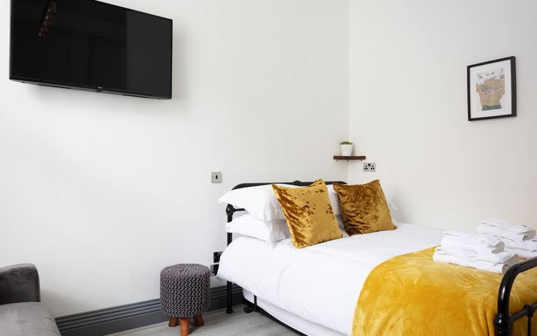 WEB_RES_West_Newington_0001 - Double bed with memory foam mattress in Edinburgh holiday let