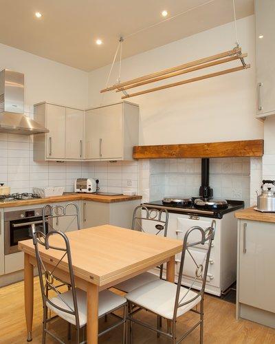 Ramsay Garden 3 - Modern family kitchen with Aga in Edinburgh holiday let