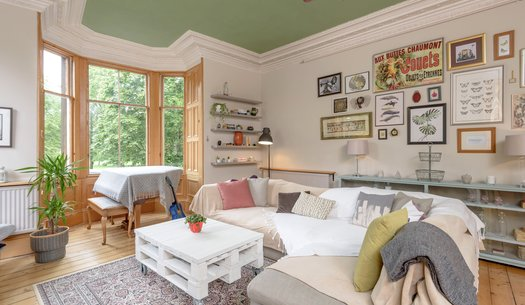 W9C9dyB2 - Family living room with large bay window providing green views in Edinburgh holiday let