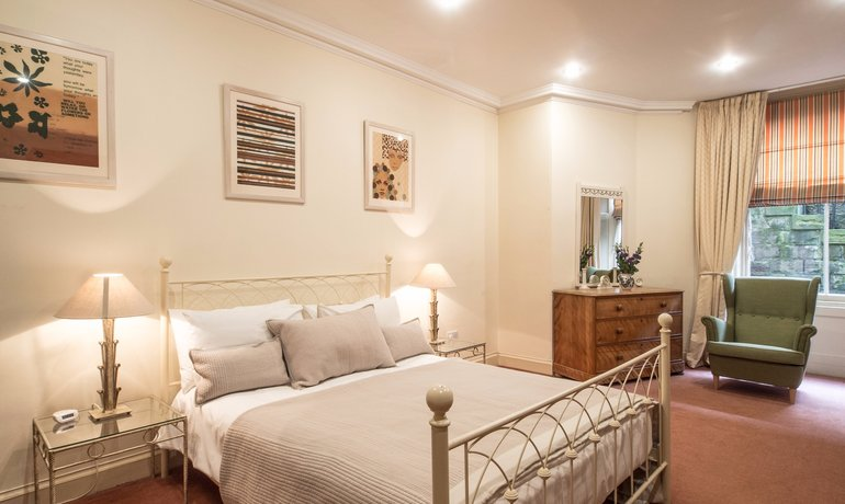 Master Bedroom with En-Suite - The master bedroom is warm and relaxing, with a King-sized bed and en-suite. (© The Edinburgh Address)