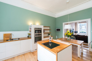 Albany Street Townhouse Dining Kitchen - Large, modern kitchen with green walls and white fittings. Leading to Lounge in luxury Edinburgh Townhouse.
