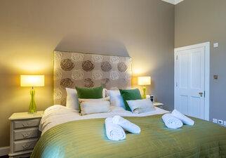 Castle View Apartment King-size Bedroom w en-suite 4