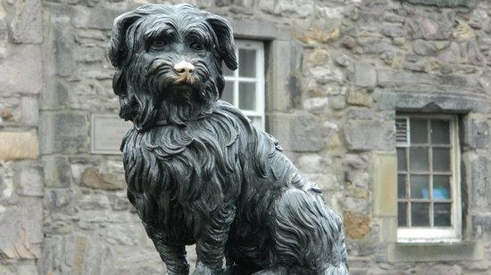 grey-friars-bobby-old-town - Grey Friars Bobby statue a must see in Edinburgh Old Town (© CCO)