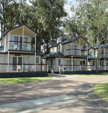 2 Storey Waterview Cottages CT5, 6 & 7 - 2 Storey Waterview Cottage 2 x bedroom. 1 x Queen Bed upsatirs with ensuite toilet & 1 x Queen Bed & single bunks in second bedroom downstairs. (© BIG4 Lake Macquarie)