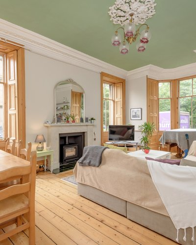 Millerfield Place 3 - Family living room with large bay window and family dining table in Edinburgh holiday let