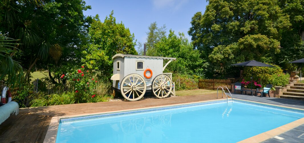 Beside the Pool - Whippingham - Wight Holiday Lettings - Beside the pool