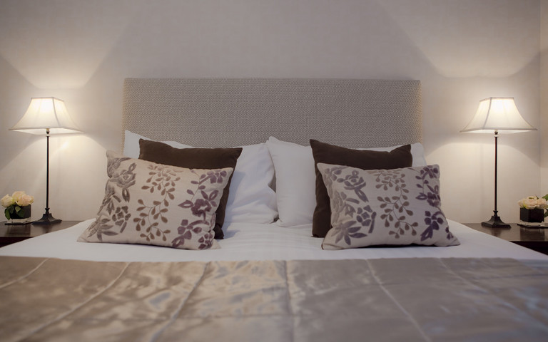 Bedroom 2 - Bedroom 2 features a King-sized bed with relaxing furnishings and black out blinds. (© The Edinburgh Address)