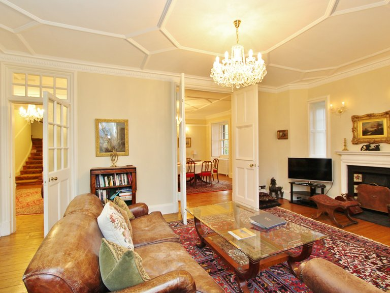 Historic apartment in Ramsay Garden - Living room. (© Dunpark Property Agents)