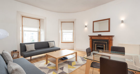 Lothian Road 1 - Light, airy family lounge and dining area with traditional fireplace in Edinburgh holiday let