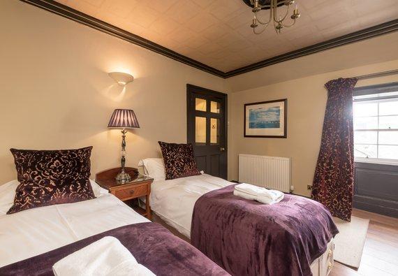 Bedroom - Bedroom with 2 single beds