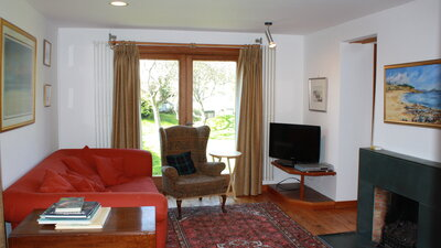 Sitting room with patio doors - Spacious sitting room with open fire and patio doors leading to the garden