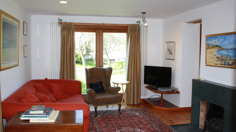 Sitting room with patio doors - Spacious sitting room with open fire and patio doors leading to the garden