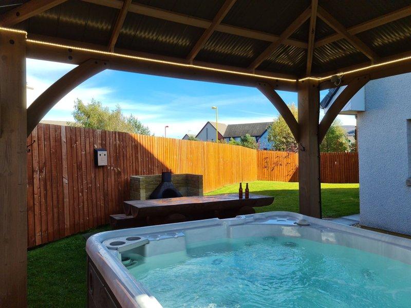 Private hot tub, bbq, enclosed garden - Eagle Lodge