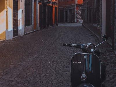 motor-scooter-parked-beside-building-3334631 (© Pexels.com)