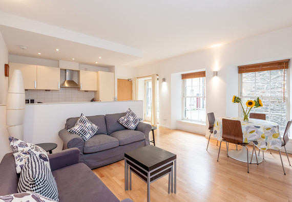 Edmonstone's Close (Grassmarket) 1 - Modern family living space with comfortable sofas, dining table and kitchen