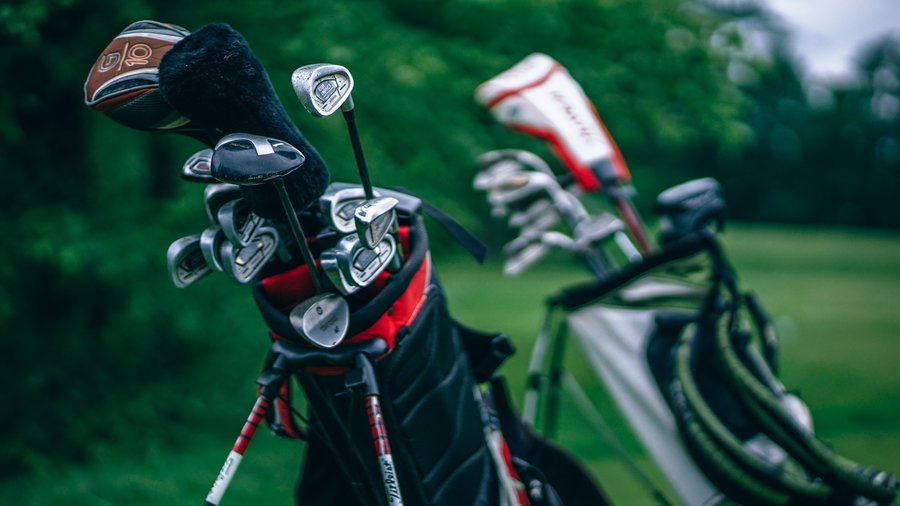 Golf clubs - Golf club rental is widely available (© Creative commons)
