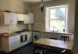 Leslie_place_-_Spacious_Kitchen_with_dining_table