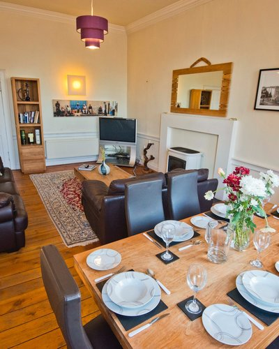 Balmoral view dining area - 3 Bedroom Edinburgh holiday apartment (© innerCityLets)