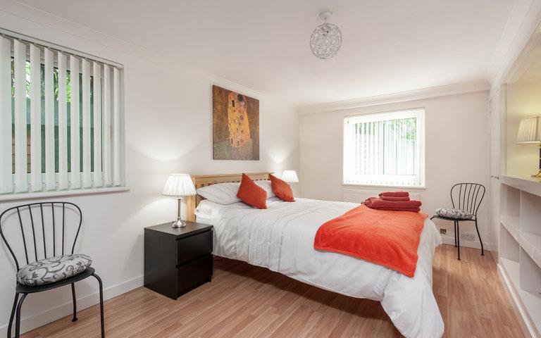 Marchfield Park 1 - Large master bedroom with kingsize bed in Edinburgh holiday let