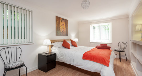 Marchfield Park 1 - Large master bedroom with kingsize bed in Edinburgh holiday let