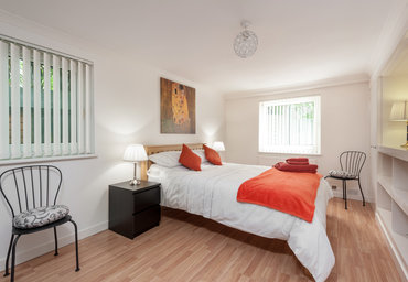 MarchfieldPk-7 - Large master bedroom with kingsize bed in Edinburgh holiday let