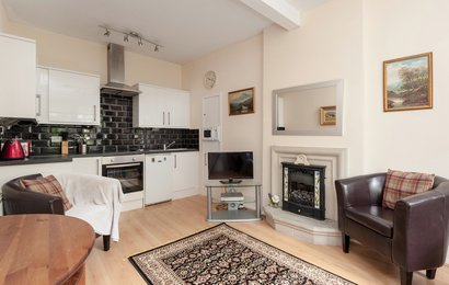 Portsburgh Square 1 - Light open plan living and kitchen area in Edinburgh holiday let