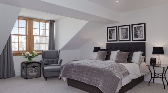 Master Bedroom with En-Suite - The master bedroom has a King-sized bed and luxurious furnishings. (© The Edinburgh Address)