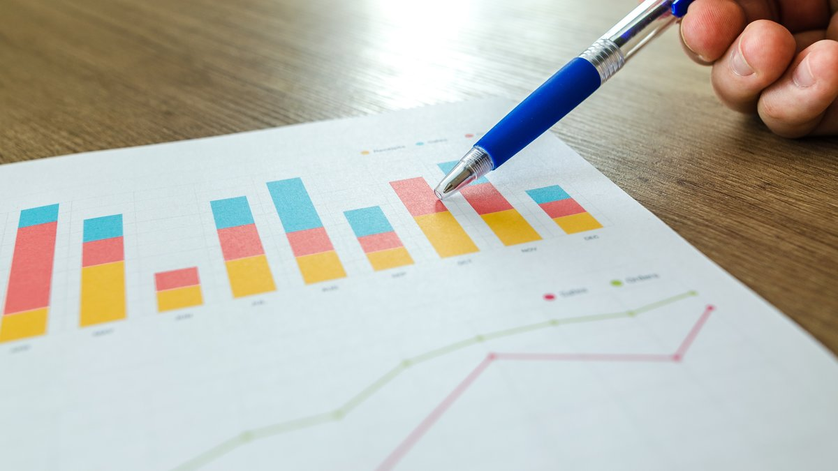 Graph and pen (© Photo by Lukas from Pexels https://www.pexels.com/photo/analytics-blur-close-up-commerce-590020/)