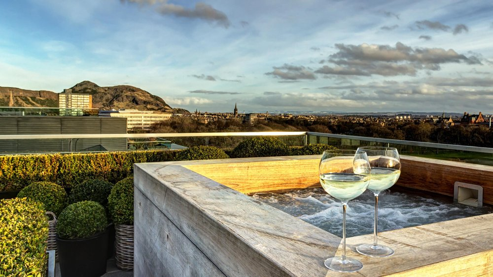 Hot Tub with view of Arthur's Seat (© The Edinburgh Address)
